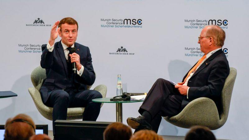 Frankreichs Präsident Emmanuel Macron (L) und der Vorsitzender der Münchner Sicherheitskonferenz Wolfgang Ischinger.