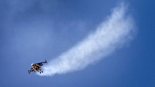 """Der """"Jetman"""" startete aus eigener Kraft und flog bis auf eine Höhe von 1.800 Metern. Weltrekord."""