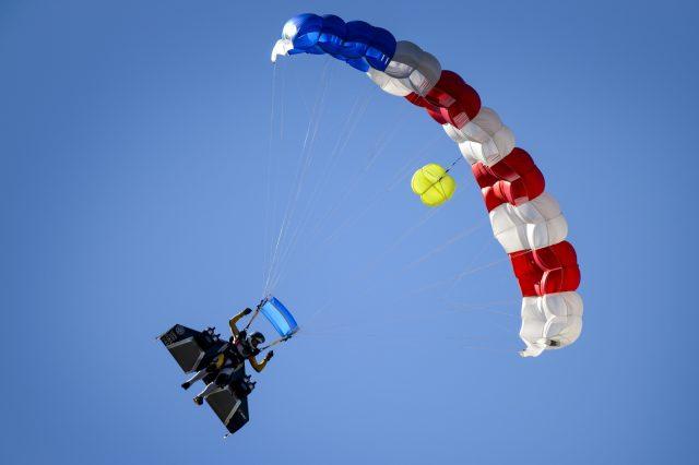 """Das nächste Ziel des """"Jetman"""" ist die sichere Landung ohne Fallschirm. Bei seinem aktuellen Flug öffnete der sich auf 1.500 Meter."""
