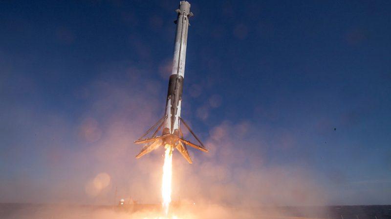 Eine SpaceX-Rakete kurz vor der Landung