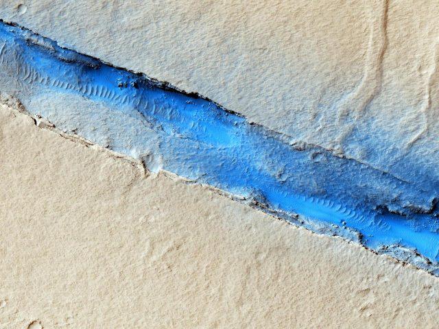Bis zu 1.300 km lange Flutrinnen in der Region Cerberus Fossae deuten aufkombinierte vulkanisch-tektonische Prozesse auf dem Mars hin.