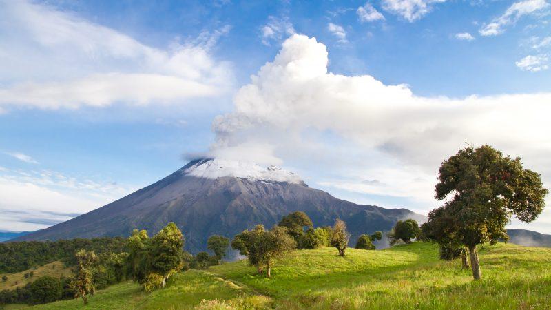 Tungurahua Vulkan in Ecuador spuckt Rauch und Asche.