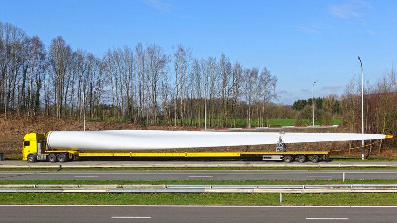 Rotorblätter von Windturbinen sind umständlich zu transportieren, eine Entsorgung ist nur schwer möglich.