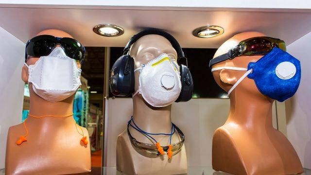 Verschiedene Atemschutzmasken im Schaufenster eines Ladens für Arbeitskleidung. Menschen in China, die keine Masken mehr kaufen konnten, nutzen stattdessen ihren Erfindergeist.