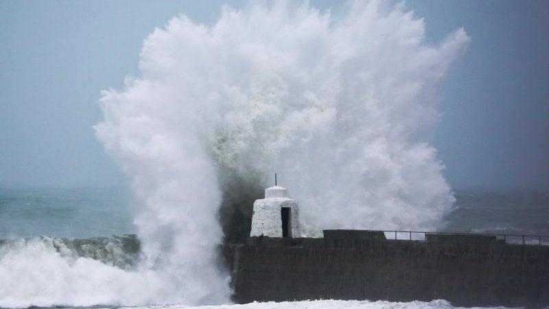 Die britische Armee ist vor Ort: Hohe Wellen schlagen gegen die Hafenmauer von Portreath in Cornwall.