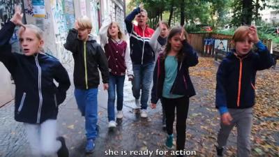 """""""Pioniergruß und brutale Bildsprache"""": Berliner Kita- und Schulprojekt zieht Elternprotest nach sich"""