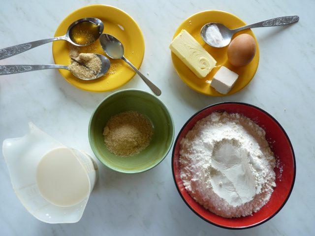 Viele Zutaten machen leckere Milchbrötchen.