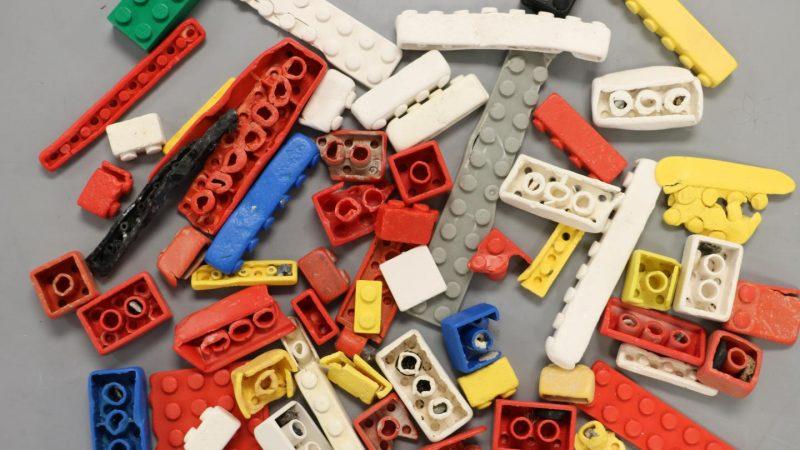LEGO-Steine können bis zu 1.300 Jahre durch die Meere treiben - oder als Mikroplastik über Kläranlagen im Grund- und Trinkwasser enden.