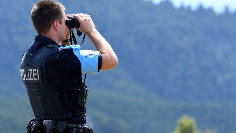 Ein Mitglied der Europäischen Grenz- und Küstenwache FRONTEX