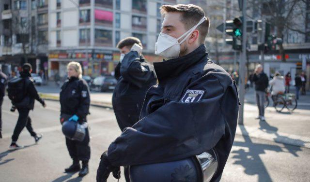 """""""Corona-Partys"""": Berliner Polizei darf bei """"legitimen"""" Verdachtsfällen Wohnungen durchsuchen"""