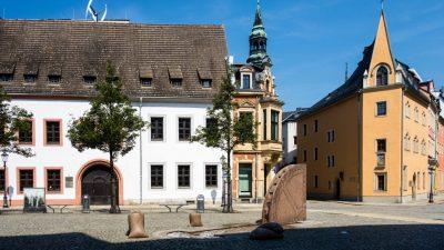 Manchmal kommen sie wieder: Ehemalige DDR-Staatsjugend FDJ marschiert durch Zwickau