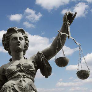 Thüringer Urteil mit potenzieller Sprengkraft? Kontaktverbot in Corona-Verordnung verletzt Menschenwürde