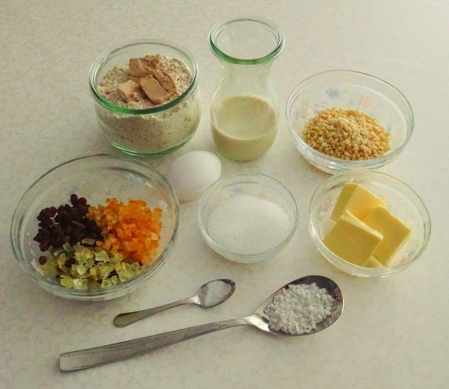 Zutaten für ein traditionelles Osterbrot.