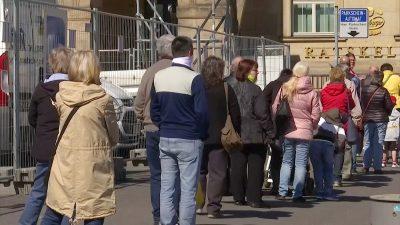 Dresden verteilt kostenlose Gesichtsmasken – Menschen stehen fast einen Kilometer Schlange