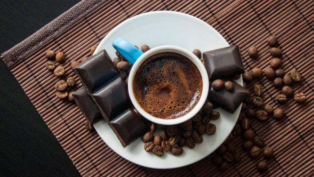 Kaffee und dunkle Schokolade passen perfekt zusammen.