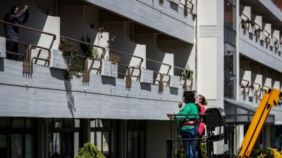 Not macht erfinderisch: Portugiesisches Pflegeheim setzt Kran für Besuche in Corona-Krise ein