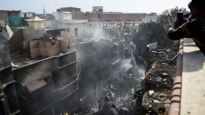 """Überlebender berichtet von Flugzeugabsturz in Pakistan: """"Ich sah überall nur Flammen"""""""