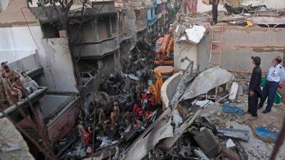 Dutzende Todesopfer bei Flugzeugabsturz in Pakistan – Häuser schwer beschädigt