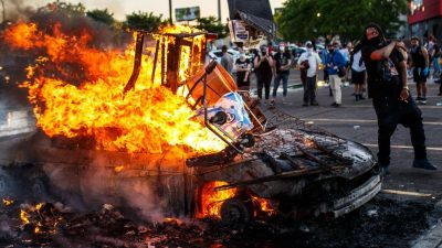 Unruhen weiten sich in den USA aus – Protestlerin wegen versuchten Mordes an Polizisten angeklagt