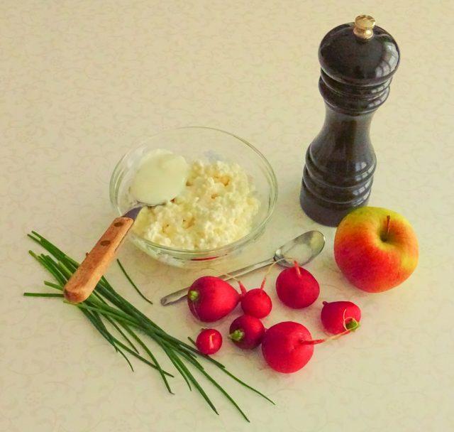 Zutaten für den bunten Sommeraufstrich mit Radieschen und Apfel.