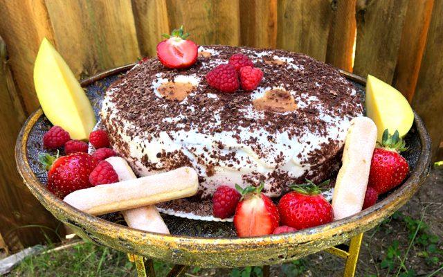 Fertige Mango-Pfirsich-Himbeer-Torte