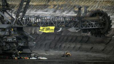 Aktivisten besetzen Braunkohle-Bagger im Tagebau Garzweiler und Jänschwalde