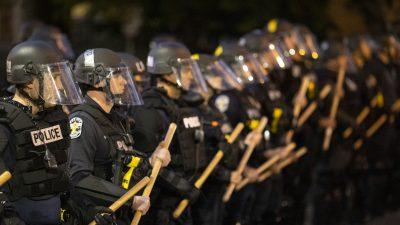 Frust über Ausschreitungen: Polizisten von Louisville verlassen den Raum bei Bürgermeisteransprache