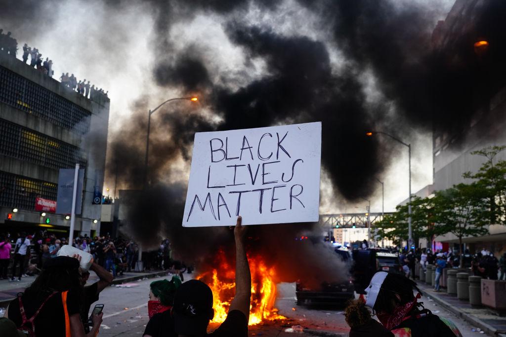 Tödliche Schüsse auf weiteren Afroamerikaner: Erneute Unruhen mit Brandstiftung – Polizei veröffentlicht Videos