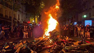 Proteste in Paris eskalieren: Demonstranten werfen Steine und setzen Barrikaden in Brand