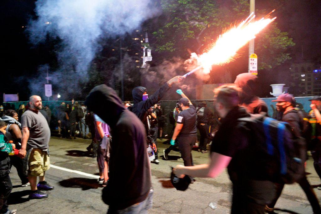 """USA: Radikale plündern und morden – Polizeikommissar: """"Sie übergießen Beamte mit Benzin – Was geht hier vor?"""""""