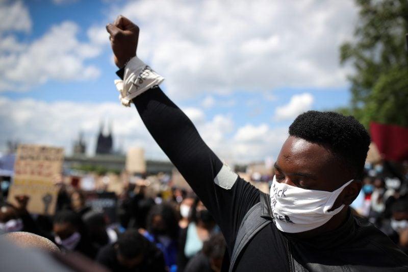 """Spontaner Kniefall von Kölner Polizisten vor """"Black Lives Matter""""-Demonstranten sorgt im Netz für Diskussion"""