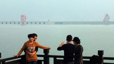 """Regenfluten in Sichuan füllen Jiangtse-Zubringer – Sorgen um """"Drei-Schluchten-Damm"""" wachsen"""