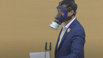 """AfD-Politiker trägt Gasmaske im Bayerischen Landtag: """"Wir haben doch eine Maskenpflicht!"""""""