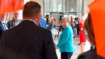"""Wie kamen sie rein? """"Extinction Rebellion"""" steht plötzlich vor Frau Merkel"""
