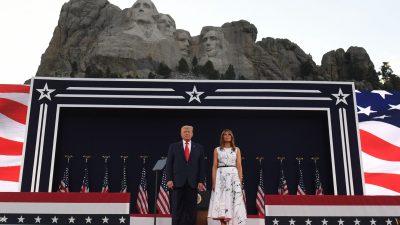 """Trump zum 4. Juli: """"Wir stehen aufrecht, wir stehen stolz und wir knien nur vor dem allmächtigen Gott"""""""