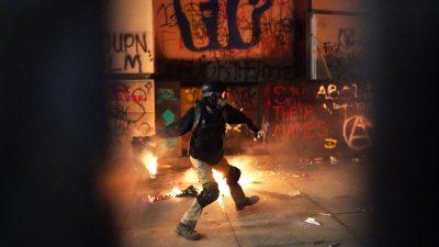 Erneute Ausschreitungen in Portland: Randalierer legen Brände vor Gerichtsgebäude