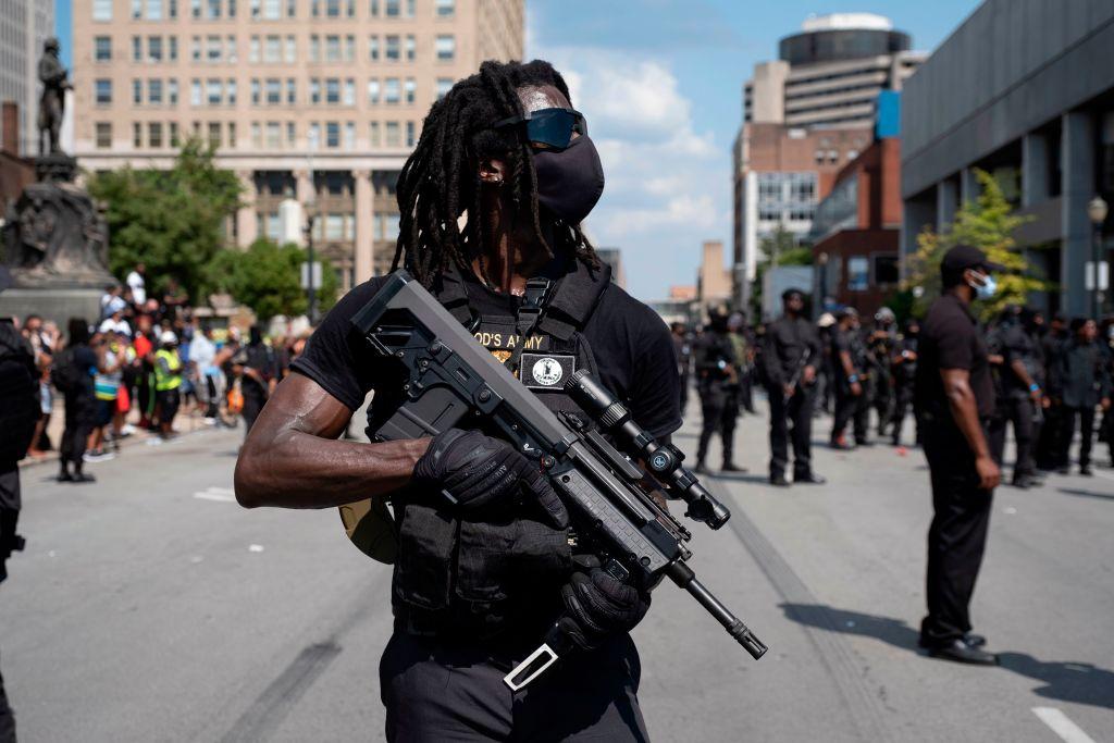 Schwer bewaffnete schwarze Miliz marschiert durch Louisville – Drei Verletzte nach Schussunfall