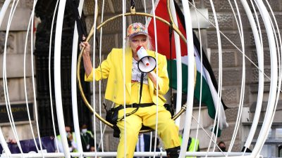 """Vivienne Westwood im Vogelkäfig: """"Lasst Julian Assange frei!"""""""