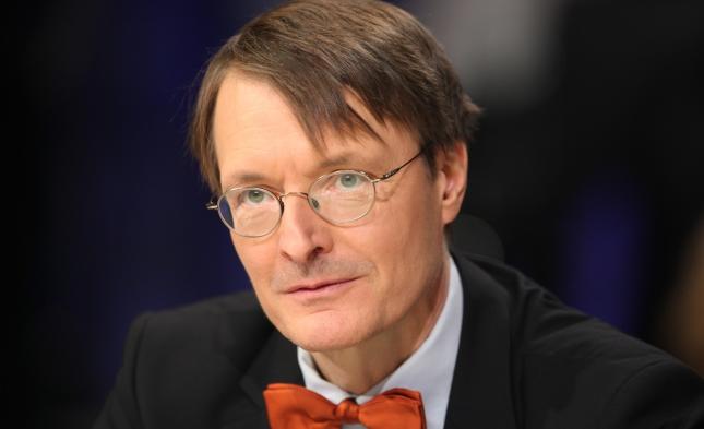 """Lauterbach bedauert geringe Nachfrage nach AstraZeneca und fordert Geldbuße für """"Impfschwänzer"""""""