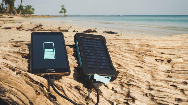 Akkubank mit Solarzellen