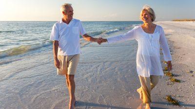 Blaue Räume und Strandspaziergänge fördern mentales Wohlbefinden