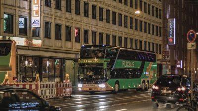 Berlin: Mann springt aus fahrenden Reisebus und verstirbt