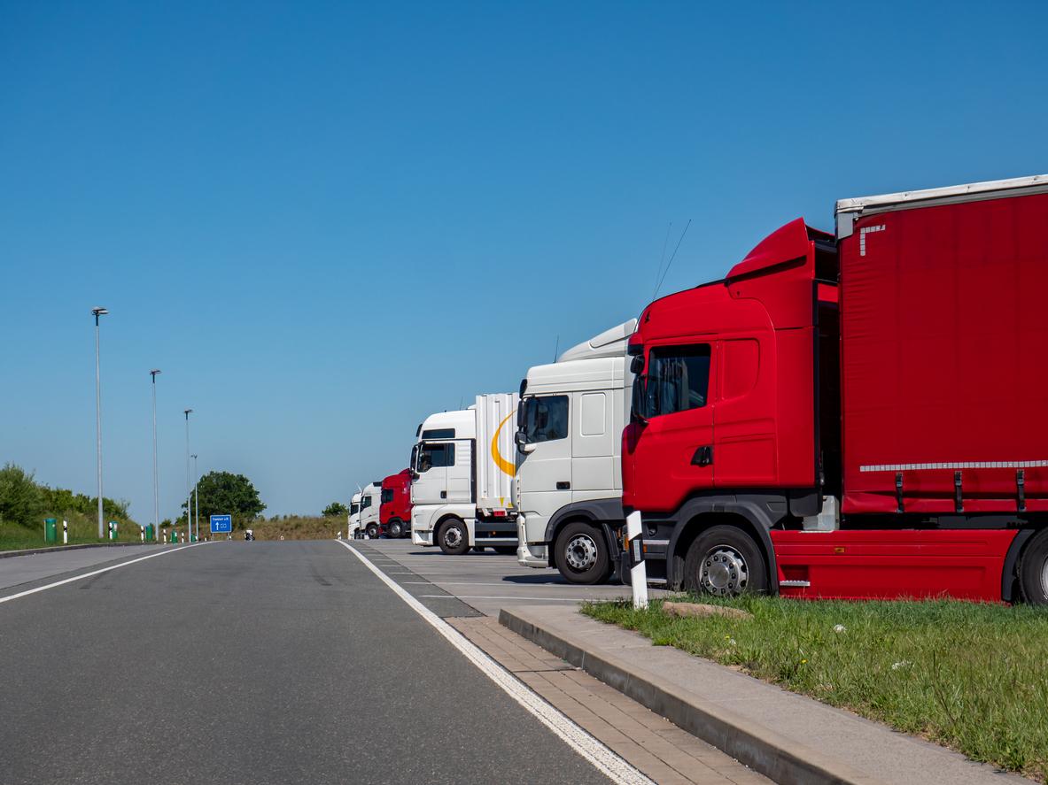 LKW-Fahrer findet illegale Migranten in Sattelschlepper