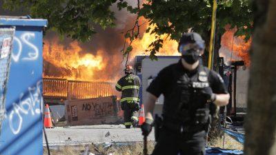 USA: Gewaltsame Ausschreitungen bei BLM-Protesten in Seattle – 45 Festnahmen, 21 verletzte Polizisten