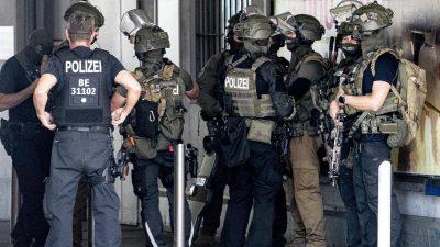 Verpatzter Banküberfall in Berlin-Neukölln: Vier Männer auf der Flucht – zwölf Verletzte