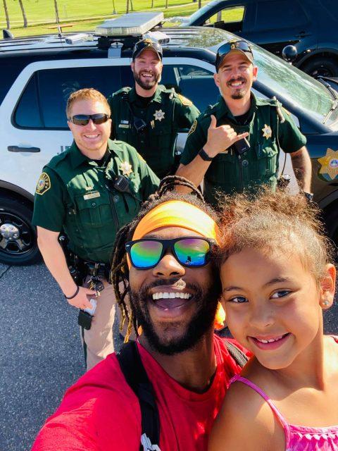 Donnell seine Tochter Luna, und drei Polizeibeamte. Foto: Donnell Goss