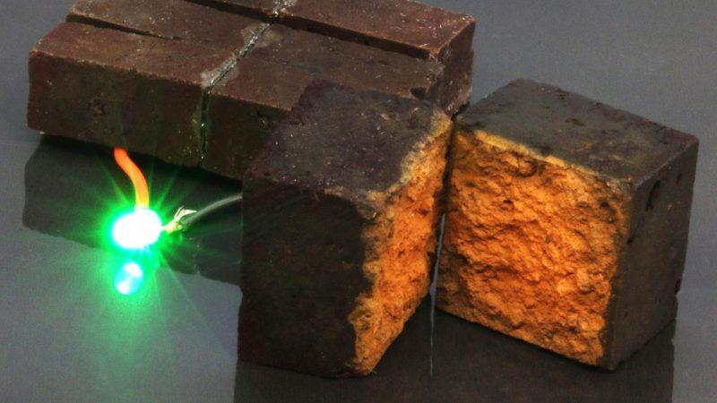 Rote Ziegelsteine bringen eine grüne LED zum Leuchten
