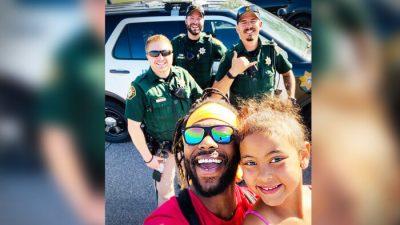 """Afroamerikaner lehrt Tochter bei Treffen mit Polizisten: """"Liebe und Mitgefühl verdrängen den Hass"""""""
