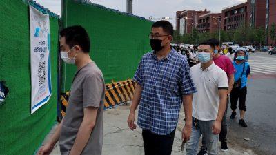 Einheimische: Beamte in Xinjiang zwingen Bürger zur Einnahme von ungeprüften Corona-Medikamenten