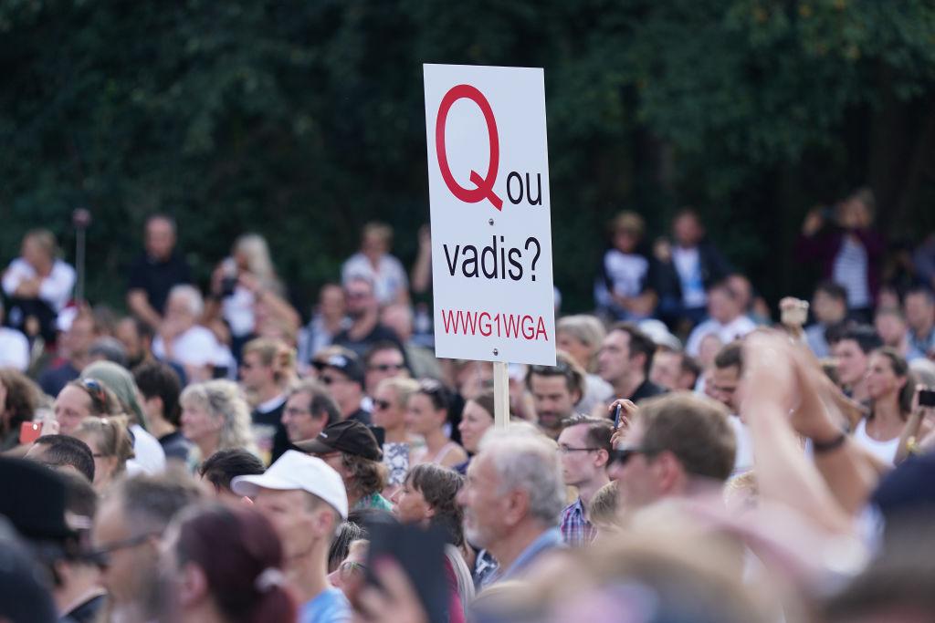 """New York Times bescheinigt Q """"Siegeszug in Deutschland"""" – Amadeu-Antonio-Stiftung warnt"""